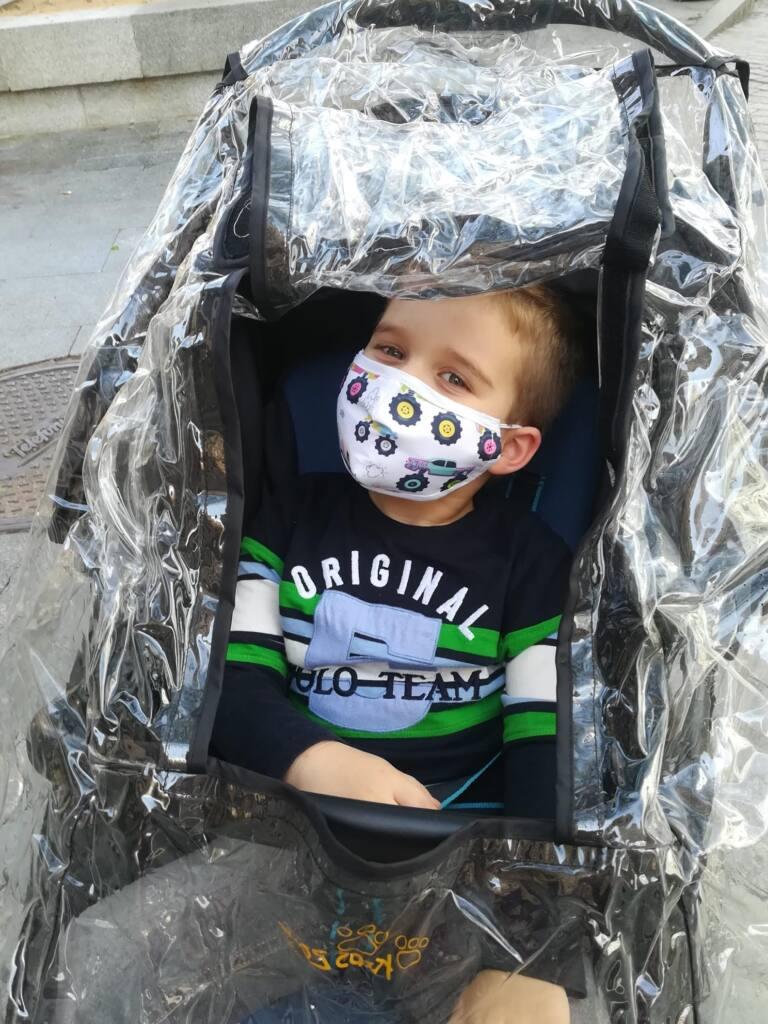 niño con mascarilla infantil talla baby personalizada con filtro lasmascarillaspersonalizadas.es